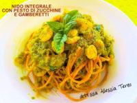 Nido integrale con pesto di zucchine e gamberetti